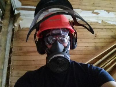Kuulosuojaus, suojalasit, hengityssuojain ja otsalamppu tarpeen betonia piikatessa