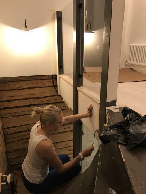 Lasien asennuksen jälkeen ehdimme maalata lopun portaikon
